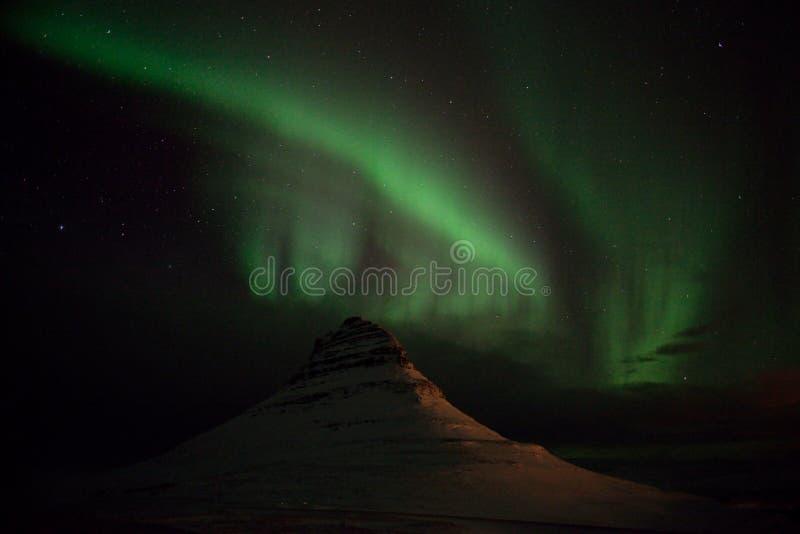 Aurora em Kirkjufellsfoss em Islândia imagens de stock royalty free