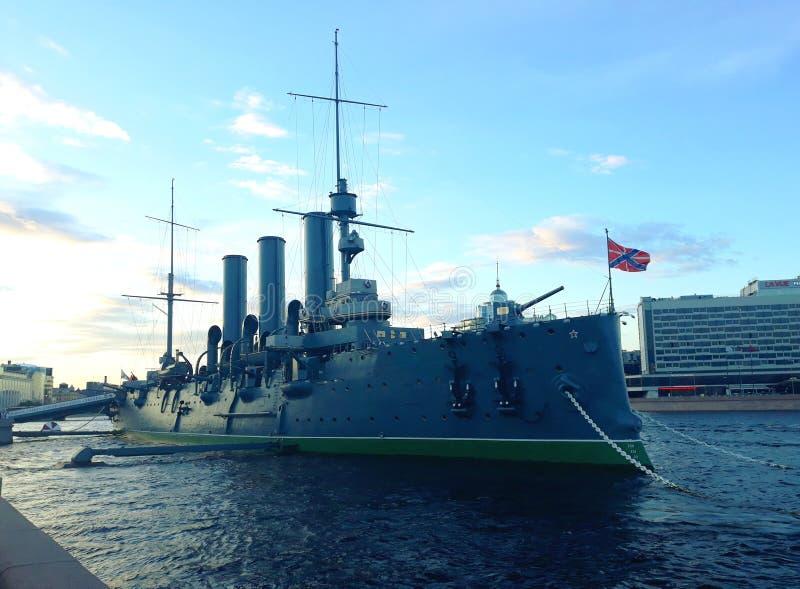 Aurora linear del crucero, el símbolo de la revolución de octubre en Rusia imagenes de archivo