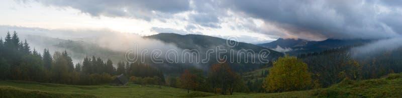 Aurora na montanha imagens de stock royalty free