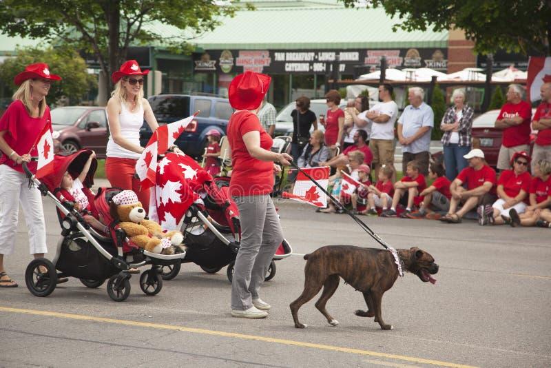 AURORA, ONTÁRIO, CANADÁ 1º DE JULHO: Dia Parad de Canadá na peça da rua nova na Aurora o 1º de julho de 2013 imagens de stock
