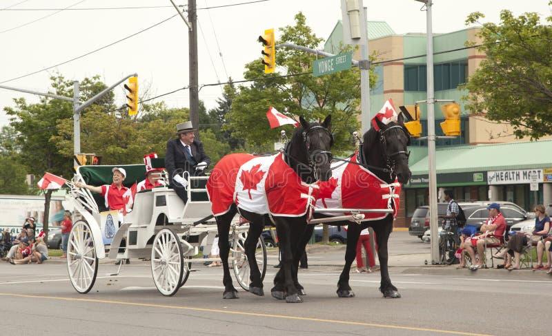AURORA, ONTARIO, CANADÁ 1 DE JULIO: Desfile del día de Canadá en la pieza de la calle de Yong imágenes de archivo libres de regalías