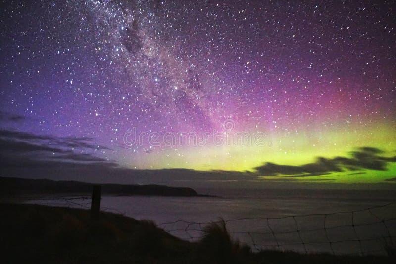 Aurora verde púrpura sobre la cerca del acantilado foto de archivo