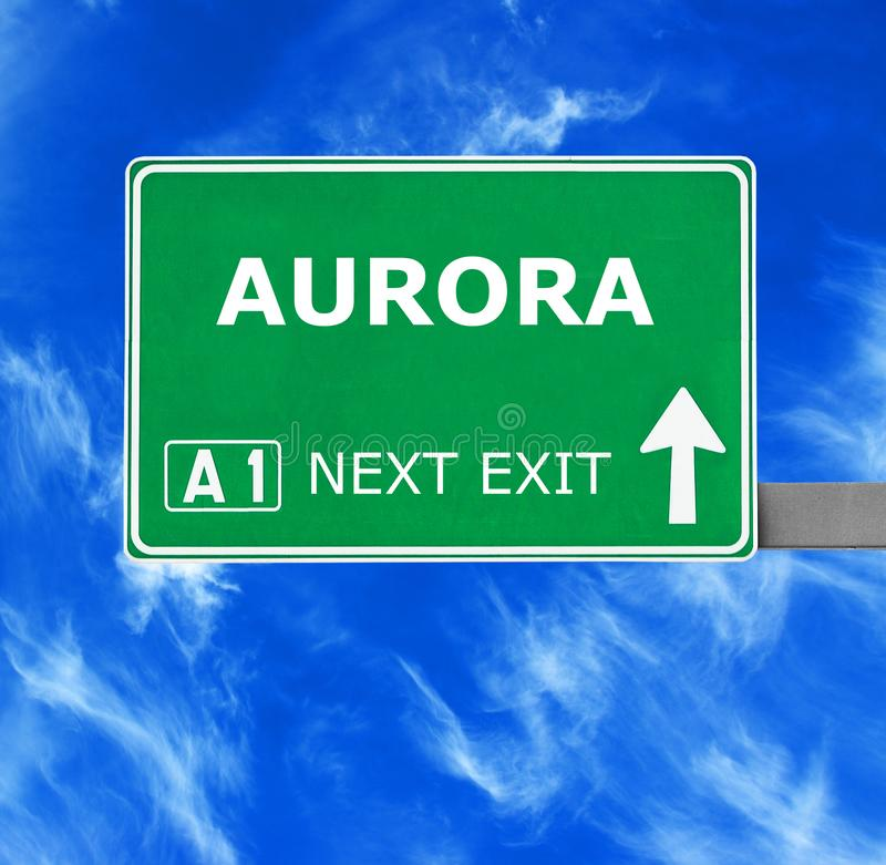AURORA-Verkehrsschild gegen klaren blauen Himmel stockfotografie