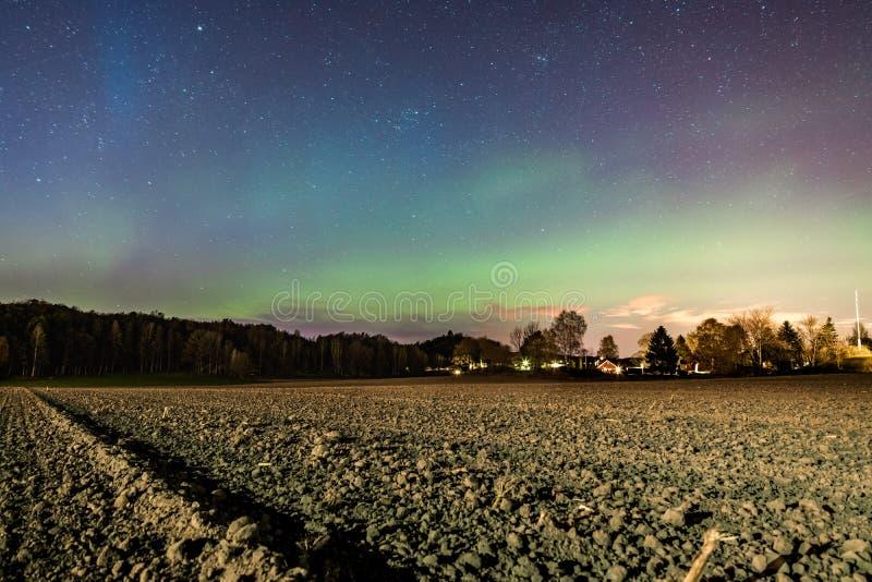 Aurora y estrellas sobre Sandefjord foto de archivo