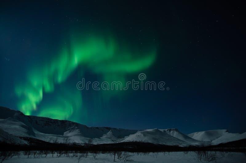 Aurorapolarstern über Bergen stockfotografie