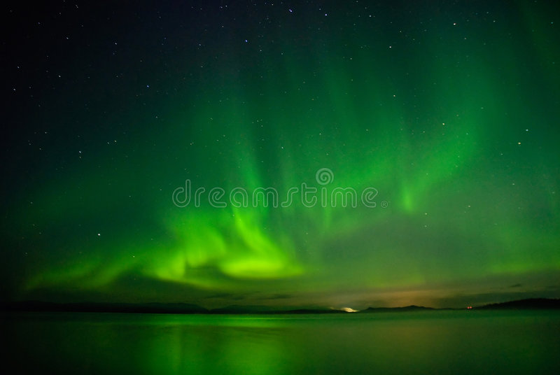 Aurorapolarstern über einem See stockfotografie