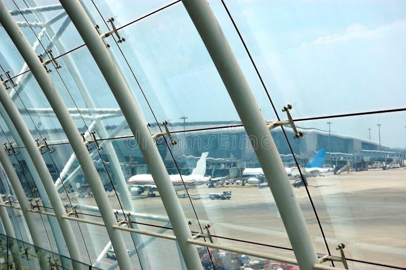 Aus dem Flughafengebäudefenster heraus lizenzfreie stockfotografie