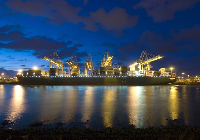 Aus dem Programm nehmen eines Containerschiffs lizenzfreie stockfotografie