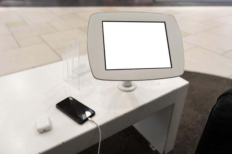 Aus dem wirklichem Leben Gebrauch des Telefons mit Freiexemplarraum f?r Ihre Anzeige und Text - Schein herauf Anschlagtafel und l stockbild