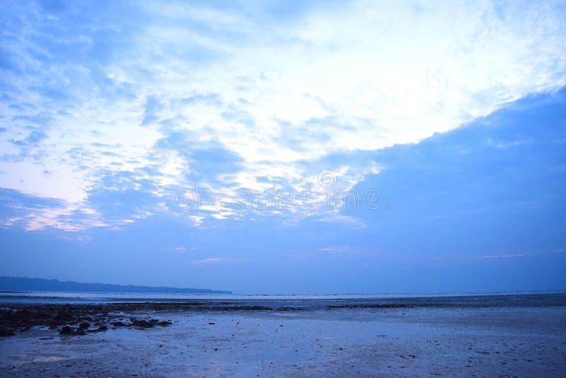 Aus Dunkelheit herauskommen - hellen Himmel gegen blaue Wolken - Hoffnungsschimmer - natürlicher Hintergrund lizenzfreies stockbild