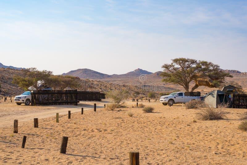 Aus, Namibie - 3 septembre 2016 : Camping-cars et matériel de camping dans le désert de Namib, aventure voyageant en Namibie, Afr photo stock
