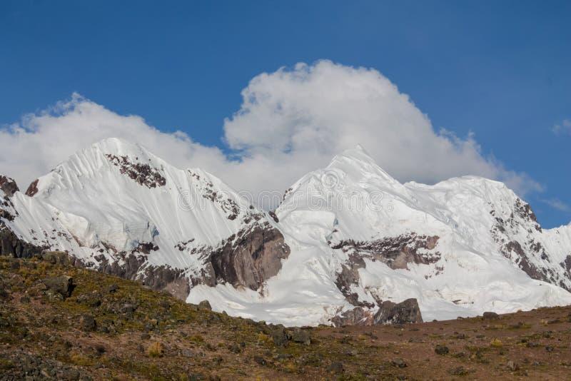 Ausangate山在迁徙Ausangate的电路的秘鲁 库存照片
