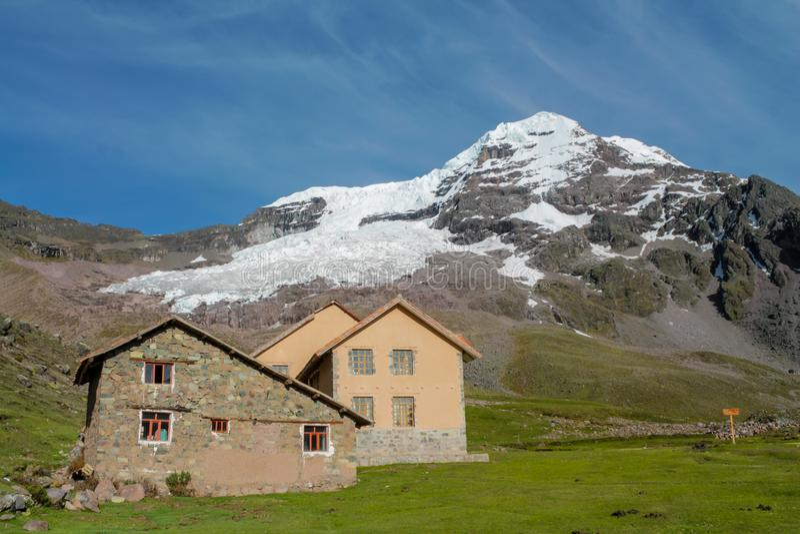 Ausangate山小屋在迁徙Ausangate的电路的秘鲁 免版税库存照片