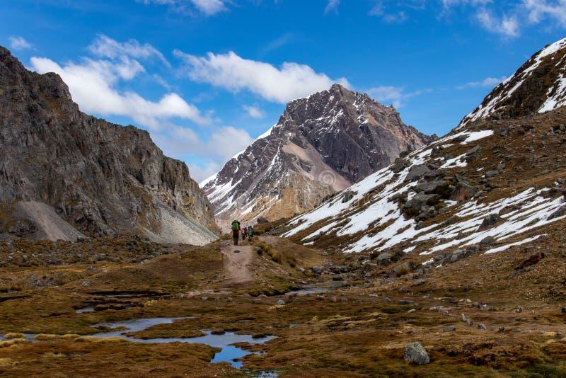 Ausangate艰苦跋涉的徒步旅行者,安第斯山脉,秘鲁 免版税库存图片