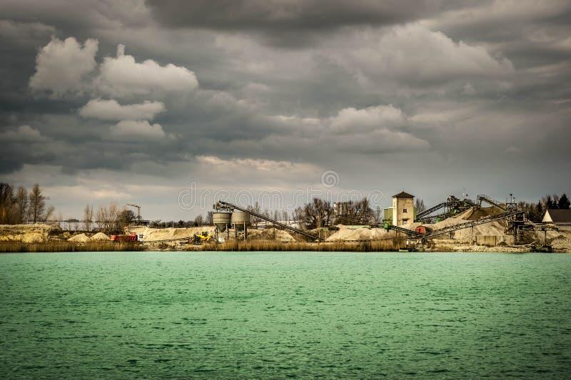 Ausbaggern von einem See in Whyl morgens Kaiserstuhl stockfoto
