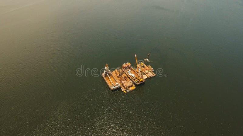 Ausbaggernde Plattform auf dem Meer Philippinen, Manila lizenzfreie stockfotos
