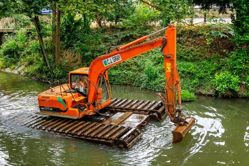 Ausbaggernder Fluss des großen Schwimmkrans lizenzfreies stockbild
