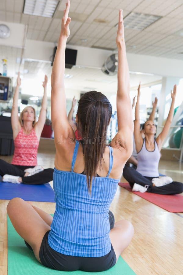 Ausbilder, der Yoga-Kurs an der Gymnastik macht stockfoto