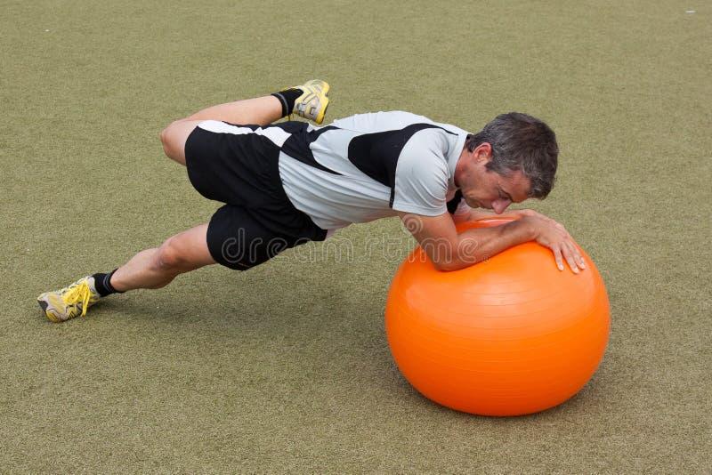 Ausbildung mit einer gymnastischen Kugel lizenzfreie stockfotografie