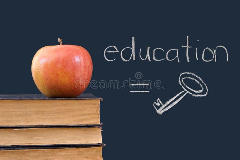Ausbildung = Taste - geschrieben auf Tafel mit Apfel stockbilder