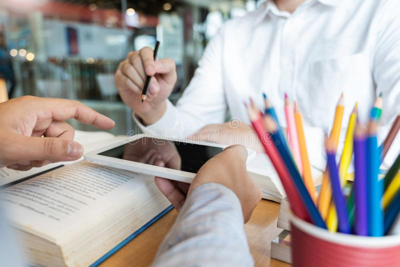 Ausbildung und Schulkonzept, Studentencampus hilft Institutions-Freund-aufholenden Lesung und Pr?fung und dem Lernen Privatunterr lizenzfreie stockfotografie