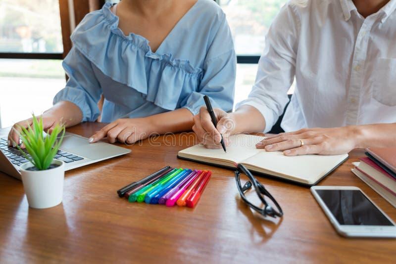Ausbildung und Schulkonzept, Studentencampus oder Mitsch?ler, die herein Unterrichtungsaufholenden Freund f?r einen Test oder ein stockfotos