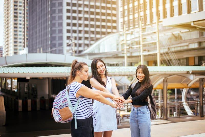 Ausbildungscollege-Handkoordination des jungen jugendlich der Verschiedenartigkeit erfolgreiche, Student, der ihre Hände zusammen lizenzfreie stockfotos