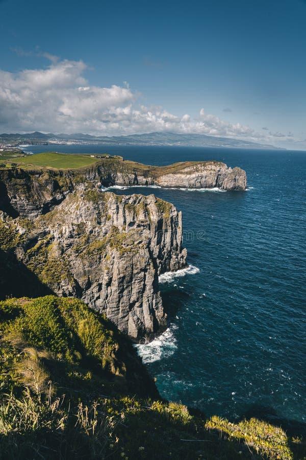 Ausblick von Ponta tun Cintrao an den Klippen und an der Küstenlinie im sonnigen Wetter mit schönem bewölktem blauem Himmel, Sao  stockbild