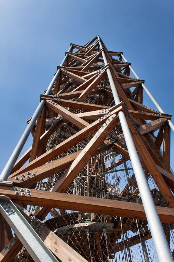 Ausblickturm auf ` Pekelny-kopec ` höllischem Hügel nahe der Stadt Trebic stockfotografie