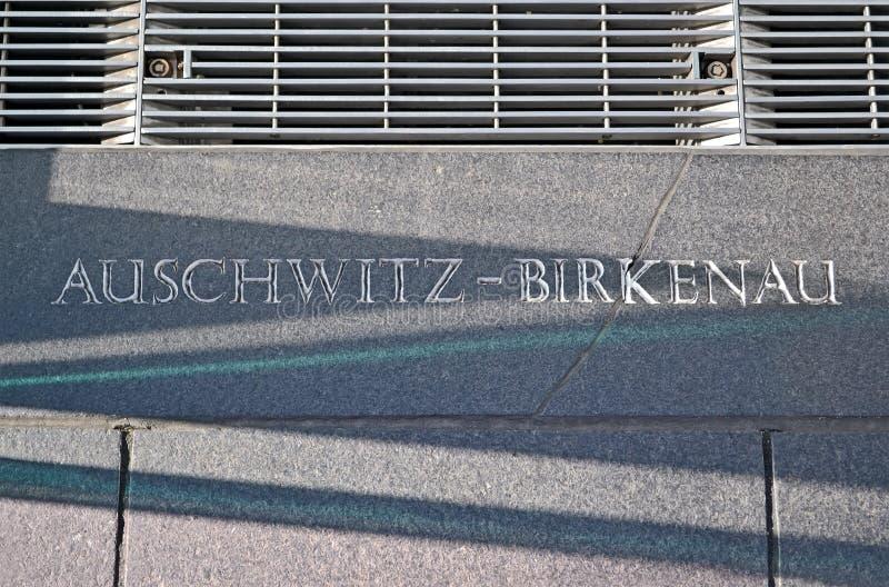 Auschwitz - birkenau, berichtclose-up op steenmuur, royalty-vrije stock foto
