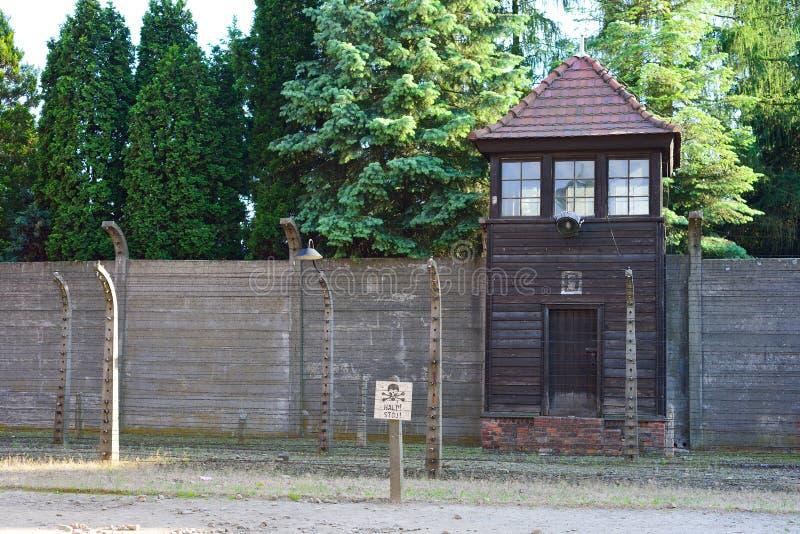 AUSCHWITZ-BIRKENAU CONCENTRATIEKAMP, POLEN - JUNI, 2017: Watchtower en de omheining van het Auschwitzconcentratiekamp royalty-vrije stock foto