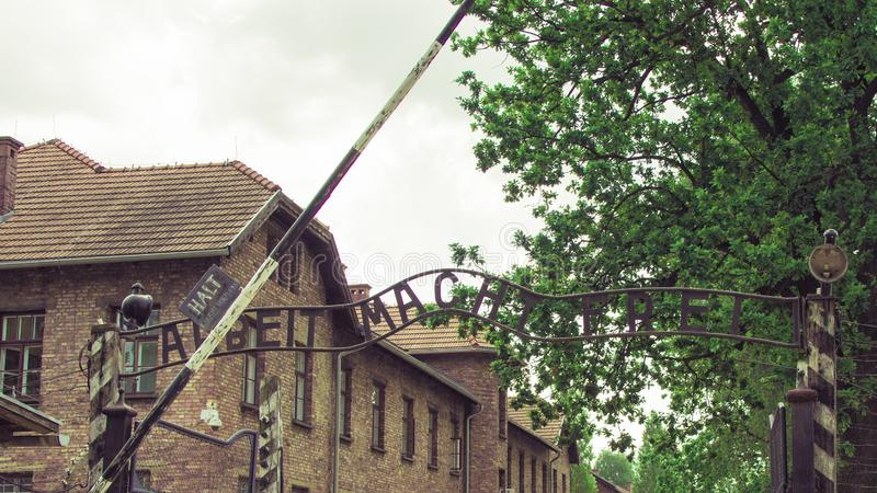 Auschwitz-Birkenau, Polônia - 27 de junho de 2019 campo de concentração alemão Auschwitz Ideia da inscrição, frei do macht de Arb imagens de stock