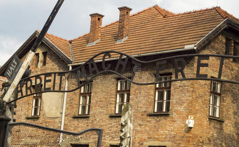 Auschwitz huvudsaklig ingång royaltyfri fotografi