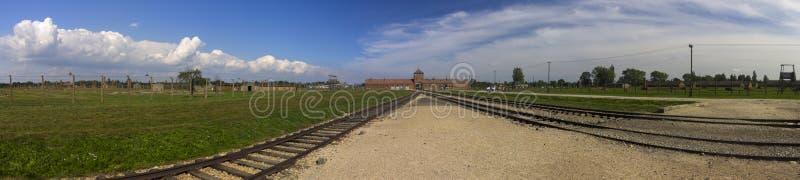 Auschwitz II - panorama de la entrada principal del campo de la exterminación de Birkenau fotos de archivo libres de regalías