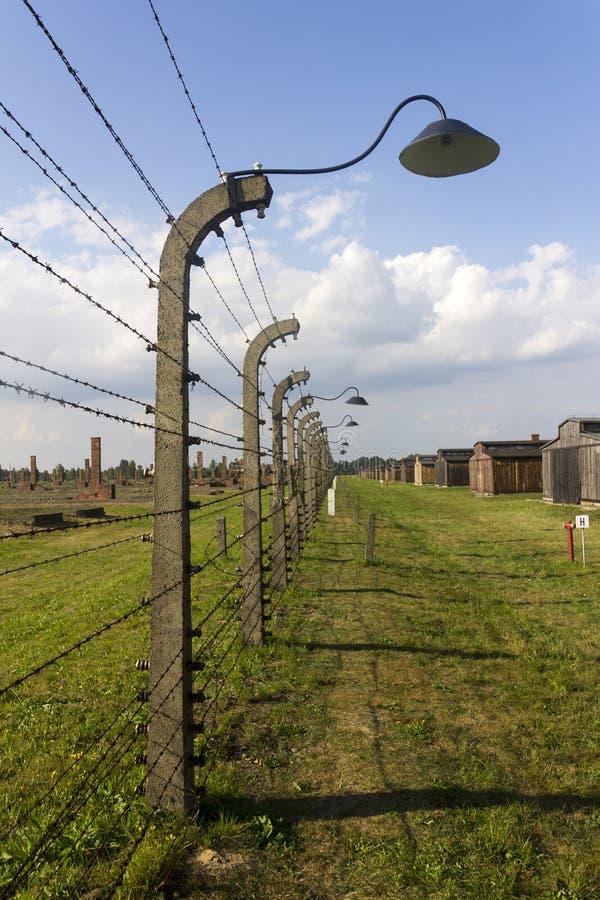 Auschwitz II - Recinto del filo spinato del campo di sterminio di Birkenau ed alloggio di legno immagini stock
