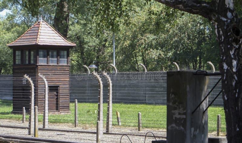 Auschwitz Koncentracyjny obóz ogrodzenia, drut kolczasty i mirador -, Lipiec 7th, 2015 obrazy stock