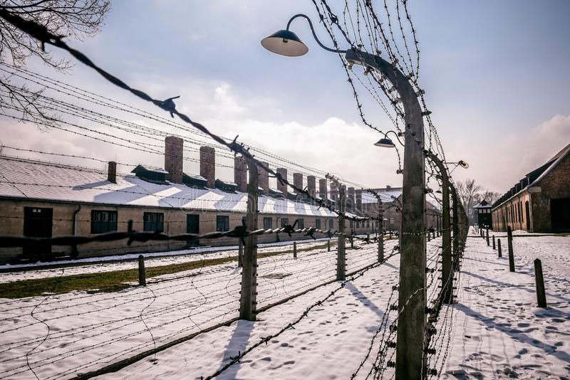 Auschwitz/Oswiecim/Polonia - 02 15 2018: Cerca del alambre de púas alrededor de un campo de concentración imagen de archivo