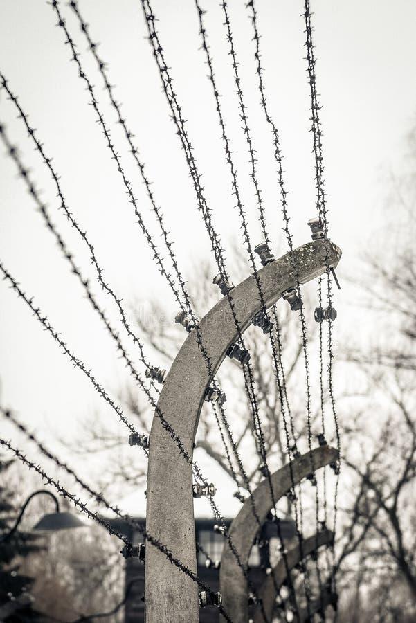 Auschwitz/Oswiecim/Polonia - 02 15 2018: Cerca del alambre de púas alrededor de un campo de concentración fotos de archivo