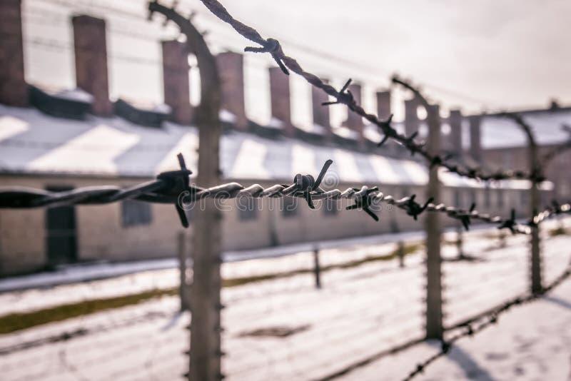 Auschwitz, Oswiecim, Polska/- 02 15 2018: Drutu kolczastego ogrodzenie wokoło koncentracyjnego obozu zdjęcie stock