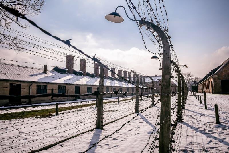 Auschwitz, Oswiecim, Polska/- 02 15 2018: Drutu kolczastego ogrodzenie wokoło koncentracyjnego obozu obraz stock