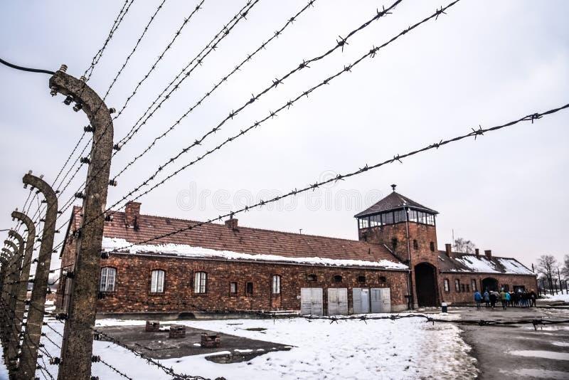 Auschwitz, Oswiecim, Polska/- 02 15 2018: Drutu kolczastego ogrodzenie wokoło koncentracyjnego obozu obrazy stock