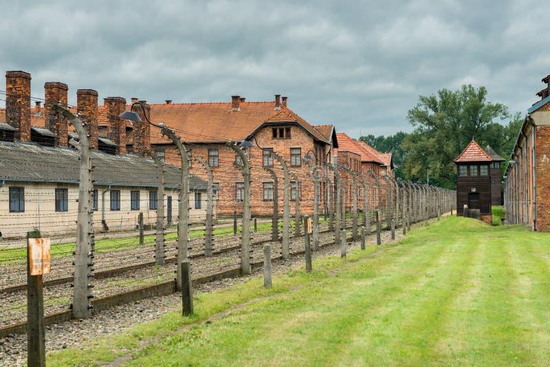 Auschwitz, Polen - Augustus 12, 2017: Auschwitzconcentratiekamp door prikkeldraad wordt omringd dat stock afbeeldingen