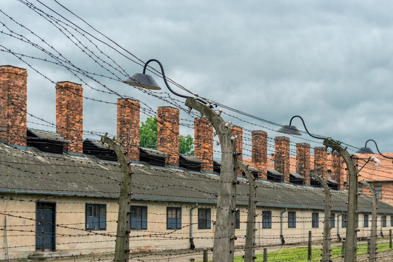 Auschwitz, Polen - Augustus 12, 2017: het grondgebied van een concentratiekampclose-up van prikkeldraad, waarop de hoogspanning a stock afbeelding