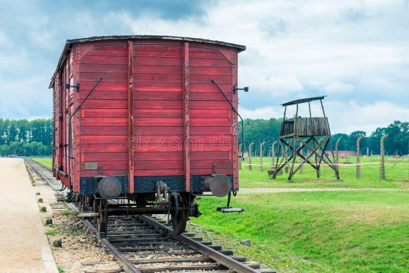 Auschwitz, Polen - Augustus 12, 2017: houten auto op sporen in het concentratiekamp van Auschwitz Birkenau stock foto