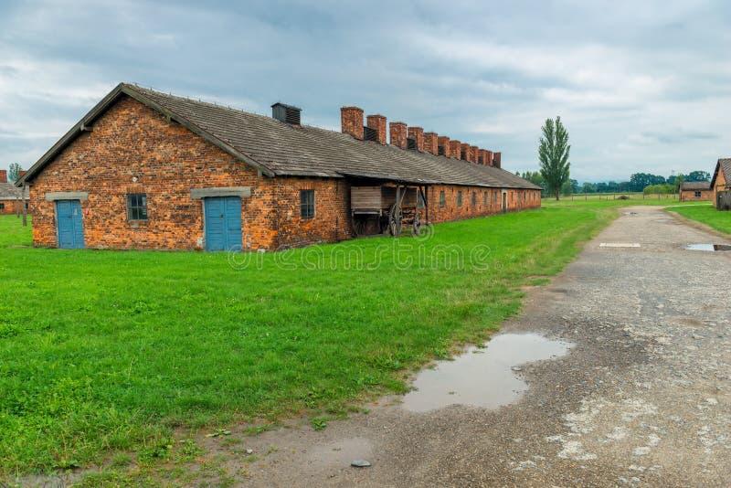 Auschwitz, Polen - Augustus 12, 2017: mening van een baksteenhut in het concentratiekamp van Auschwitz Birkenau stock fotografie