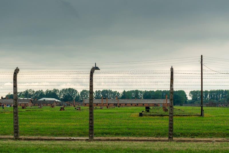 Auschwitz, Polen - Augustus 12, 2017: omheining met prikkeldraad onder spanning, Auschwitz-concentratiekamp stock foto