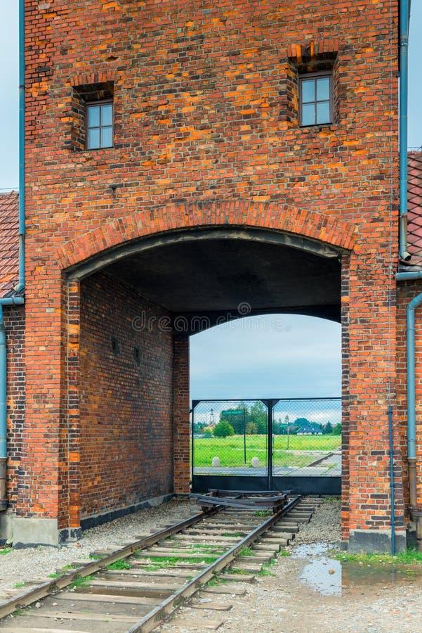 Auschwitz, Polen - Augustus 12, 2017: poorten en spoorweg die het concentratiekamp van Auschwitz ingaan Birkenau royalty-vrije stock foto
