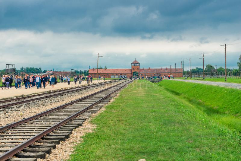Auschwitz, Polen - Augustus 12, 2017: toeristen aan het concentratiekamp van Auschwitz Birkenau royalty-vrije stock fotografie