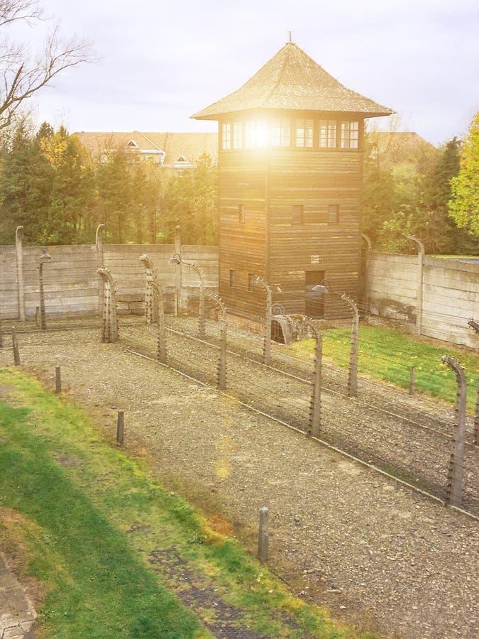 AUSCHWITZ, POLEN - JANUARI 28, 2017; Loodswacht in Auschwitz Museum Auschwitz - Birkenau, holocaustmuseum Verjaardag Concent royalty-vrije stock afbeeldingen