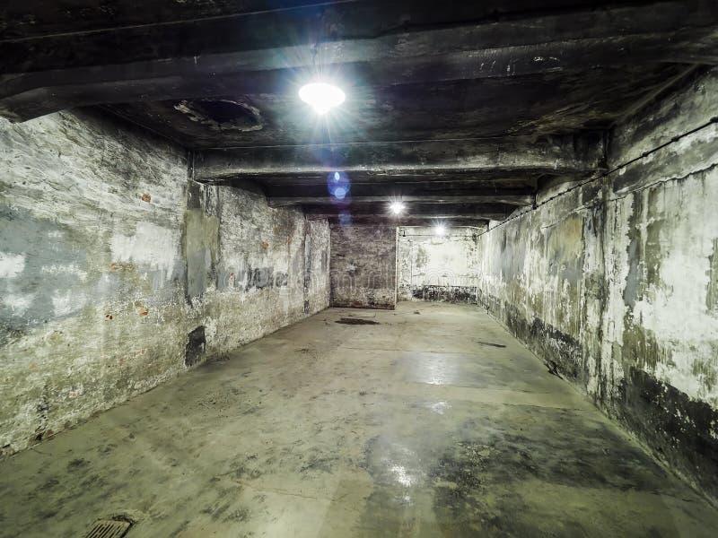 AUSCHWITZ, POLOGNE - 2 SEPTEMBRE 2017 Versez la pièce de gaz à l'intérieur du brûloir du camp de concentration d'Auschwitz, Ausch images stock